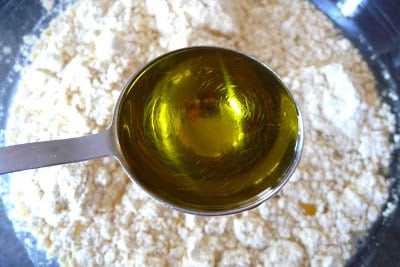A tablespoon measure of olive oil.