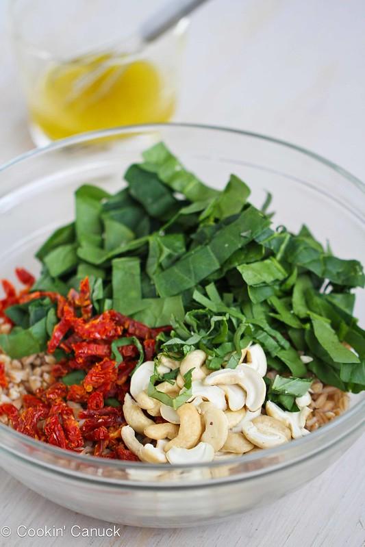 FarrFarro Salad Recipe with Sun-Dried Tomatoes, Spinach & Cashews #salad #vegetarian #recipe