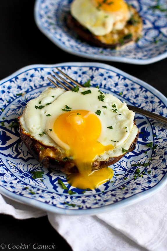 Portobello Baked Eggs with Spinach and Smoked Gouda Recipe...Fantastic flavors! 133 calories and 4 Weight Watchers PP | cookincanuck.com #vegetarian
