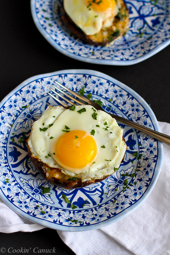 Portobello Baked Eggs with Spinach & Smoked Gouda Recipe...Fantastic flavors! 133 calories and 4 Weight Watchers PP | cookincanuck.com #vegetarian