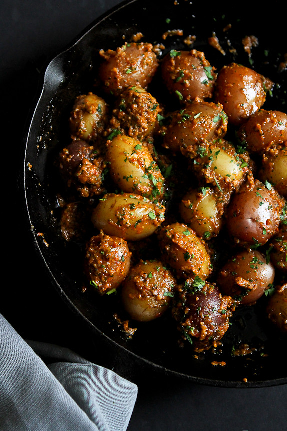 Creamer Potatoes with Red Pepper Cashew Pesto...A side dish that will knock your socks off! 188 calories and 5 Weight Watchers PP   cookincanuck.com #recipe #CreamerPotatoes