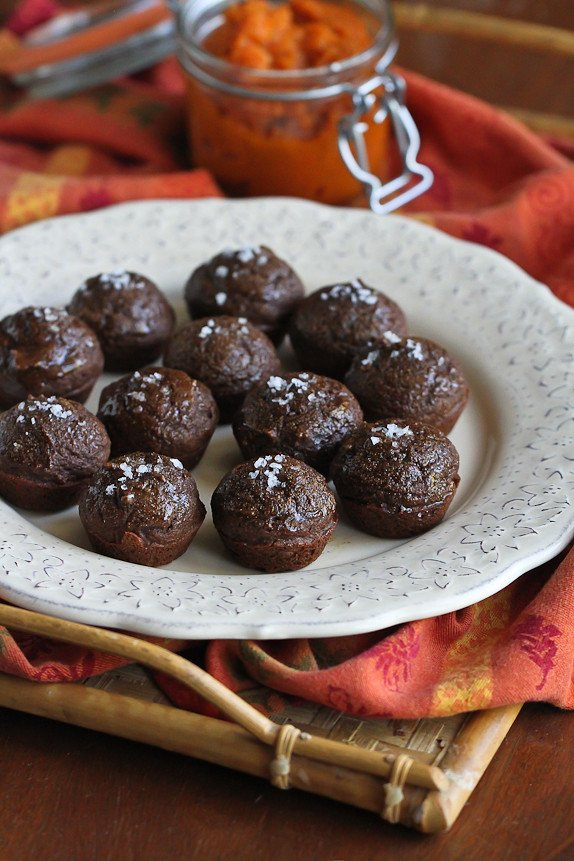 Mini Pumpkin Cocoa Maple Bites…These light dessert bites are perfect when you just want something to curb your dessert craving! 43 calories and 1 Weight Watchers PP | cookincanuck.com #recipe