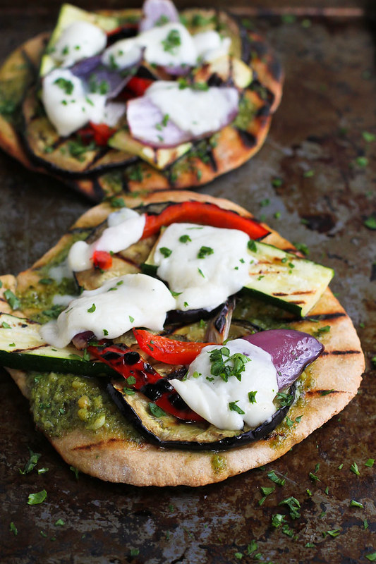 Grilled Pesto Vegetable Pizzas…An easy vegetarian meal with fantastic smoky flavor! 183 calories and 7 Weight Watchers Freestyle SP
