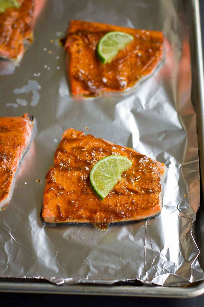 Only 6 ingredients needed for this delicious, healthy curry salmon that can be made in minutes under the broiler! 320 calories and 2 Weight Watchers Freestyle SP