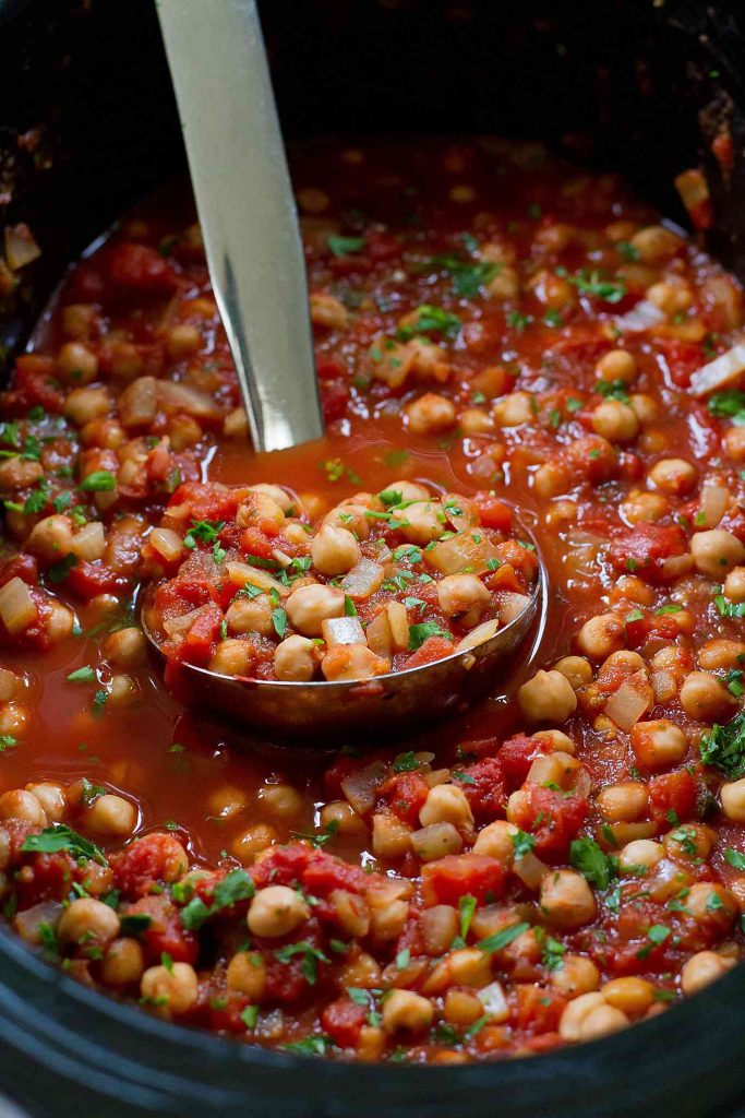 Pull out the crockpot for these vegan Slow Cooker Italian Chickpeas. Serve over rice, pasta and quinoa. 188 calories and 4 Weight Watchers SmartPoints
