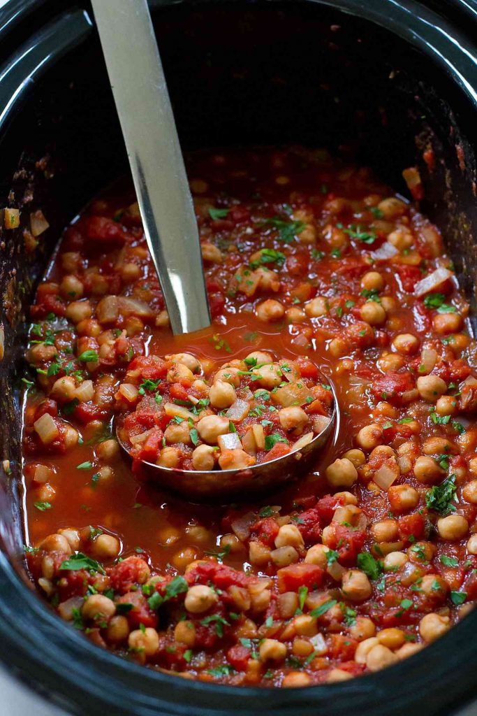 Pull out the crockpot for these vegan Slow Cooker Italian Chickpeas. Serve over rice, pasta and quinoa. 188 calories and 4 Weight Watchers SmartPoints #slowcooker #crockpotrecipes #vegan