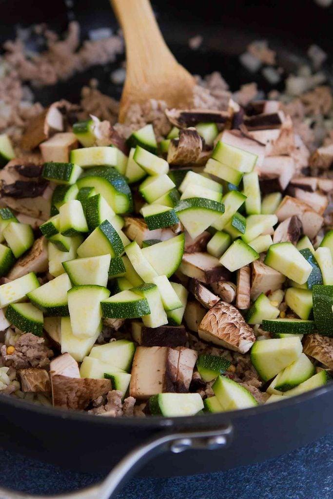 Servi questa sana tacchino, zucchine e riso in casseruola per una cena facile, piena di proteine magre e verdure. 262 calorie e 4 Weight Watchers Freestyle SP