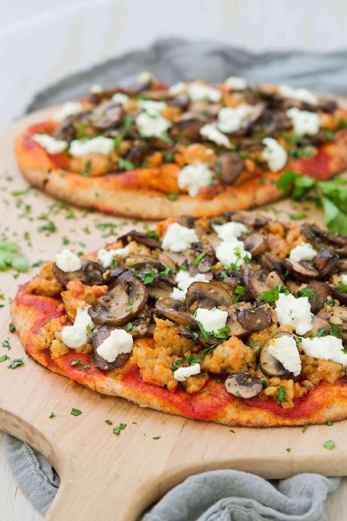 This whole wheat Sausage Mushroom Naan Pizza is piled high with chicken sausage, garlic mushrooms and tangy goat cheese. Only 30 minutes to make! 317 calories and 9 Weight Watchers Freestyle SP
