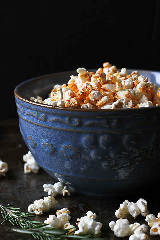 5 minutes to the most addictive bowl of popcorn! This olive popcorn recipe will become a favorite in no time. 102 calories and 3 Weight Watchers Freestyle SP #popcorn #oliveoil #snacking #recipes