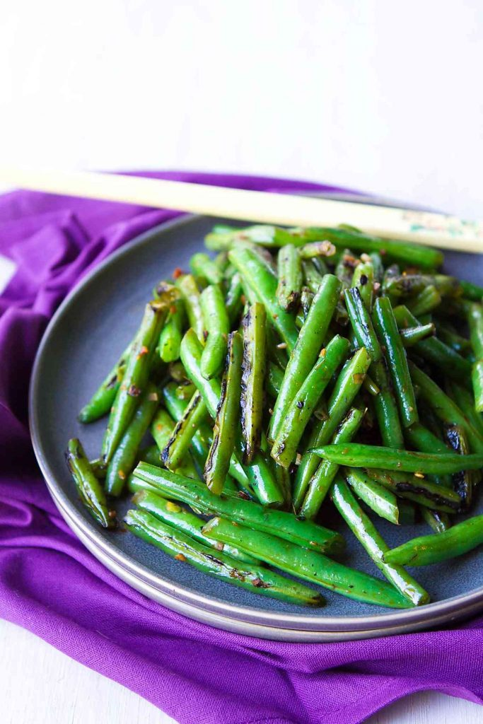 This Spicy Green Bean Stir Fry recipe is one of the easiest and most flavorful side dishes! So much flavor with just a few ingredients. 76 calories and 1 Weight Watchers Freestyle SP #vegan