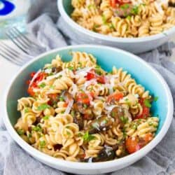 Will you miss the meat in this tasty Roasted Tomato and Mushroom Pasta recipe? Not a chance! Perfect for a meatless dinner option. 264 calories and 6 Weight Watchers Freestyle SP #pasta #mushroom #vegetarian #cleaneating