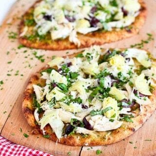 20 minute meal! I lost count of how many times I made this naan pizza recipe. Chicken, pesto and artichokes add plenty of flavor! 336 calories and 9 Weight Watchers Freestyle SP #pizza #naan #easydinner