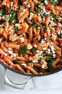 One-pot pasta is the way to go on busy weeknights. Filled with chicken and spinach, this healthy dinner is always popular! 271 calories and 6 Weight Watchers Freestyle SP #pasta #cleaneating #onepot