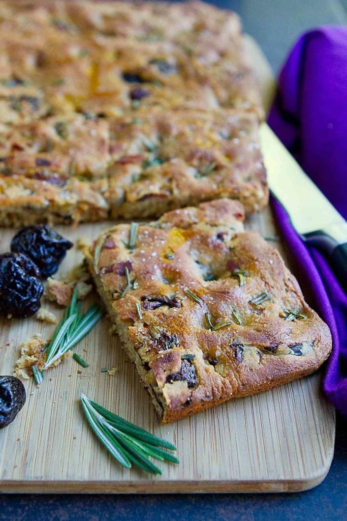 Focaccia bread turns healthy in this whole wheat versions with a salty and sweet prunes and prosciutto. 169 calories and 6 Weight Watchers Freestyle SP #wholewheat #prunes