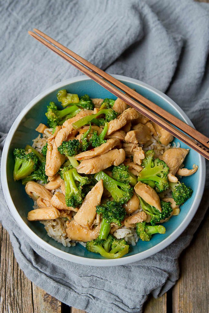 This healthy chicken stir fry is packed with nutrients and flavor, and comes together in about 30 minutes. 304 calories and 2 Weight Watchers Freestyle SP #dinnerrecipes #healthy
