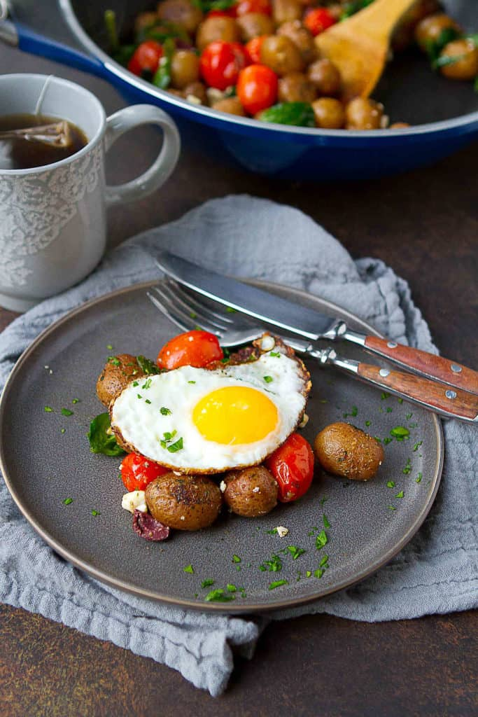 You can't beat potatoes and eggs for breakfast, and this Greek Potato Breakfast Skillet does not disappoint! A satisfying meal, packed with veggies and protein, in just 20 minutes. 228 calories and 5 Weight Watchers Freestyle SP #weightwatchers #breakfast #Creamerpotatoes