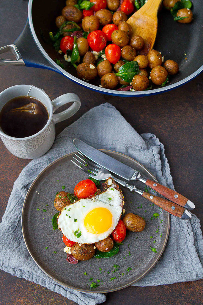 It doesn't get much easier than this egg and potato breakfast recipe! Lots of veggies and protein to start the day. 228 calories and 5 Weight Watchers Freestyle SP #myfitnesspal #recipe