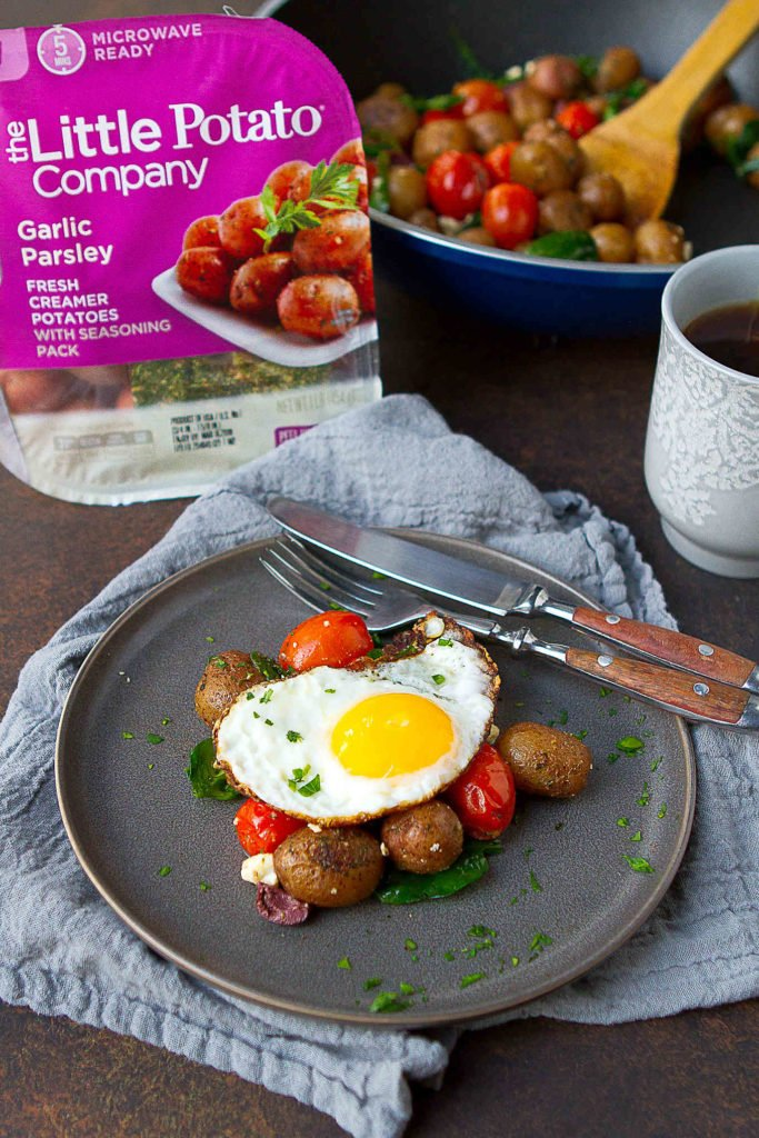 Easy weekend breakfast idea! Eggs, potatoes, tomatoes and spinach come together in this easy breakfast skillet recipe. 228 calories and 5 Weight Watchers Freestyle SP #brunch #vegetarian