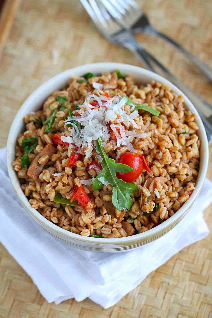 Serve this quick farro recipe on a bed of spinach for a dose of extra greens. Filled with chicken sausage, tomatoes and arugula. 224 calories and 6 Weight Watchers Freestyle SP #healthyrecipes #weightwatchers