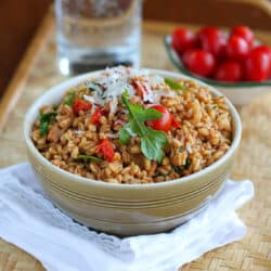 Whip up this quick farro recipe, loaded with chicken sausage, tomatoes and arugula, for a healthy and easy weeknight meal. 224 calories and 6 Weight Watchers Freestyle SP #farro #easyrecipes