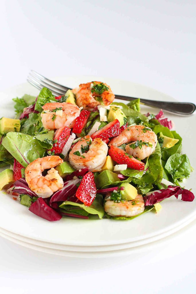 So much flavor in this seared shrimp salad, with strawberries, avocado and crunchy jicama. 330 calories and 6 Weight Watchers Freestyle SP #salad #avocado #healthy