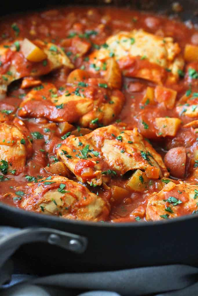 One-pot chicken recipes can't be beat for weeknight meals. This one-pot curry tomato chicken with potatoes is filled with light, but satisfying flavors. 269 calories and 8 Weight Watchers Freestyle SP #weightwatchers #onepotmeal #chicken