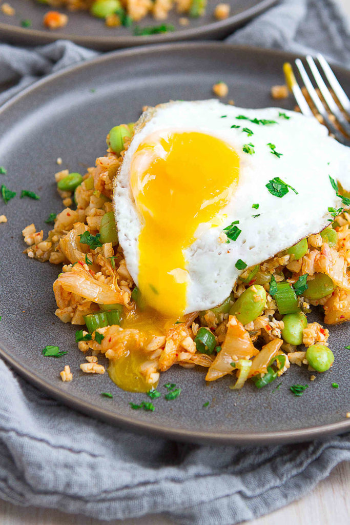 This kimchi fried rice recipe is lightened up with cauliflower rice. Tasty, easy and healthy! 214 calories and 2 Weight Watchers Freestyle SP #recipe #anitiinflammatorydiet #wwfreestyle