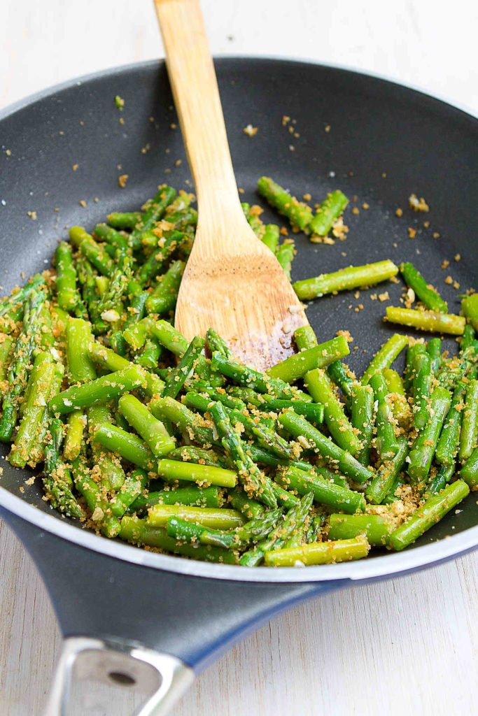 The perfect springtime side dish! Garlicky breadcrumbs add fantastic flavor and texture to this sauteed asparagus recipe. 88 calories and 2 Weight Watchers SP #sidedish #healthy #recipe #vegan