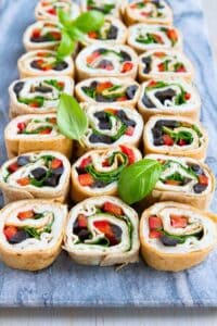 Appetizers, picnics or lunch boxes, these turkey pesto tortilla roll ups are a healthy and easy way to change up lunchtime or feed a crowd. 68 calories and 2 Weight Watchers Freestyle SP #weightwatchers #rollups #appetizers