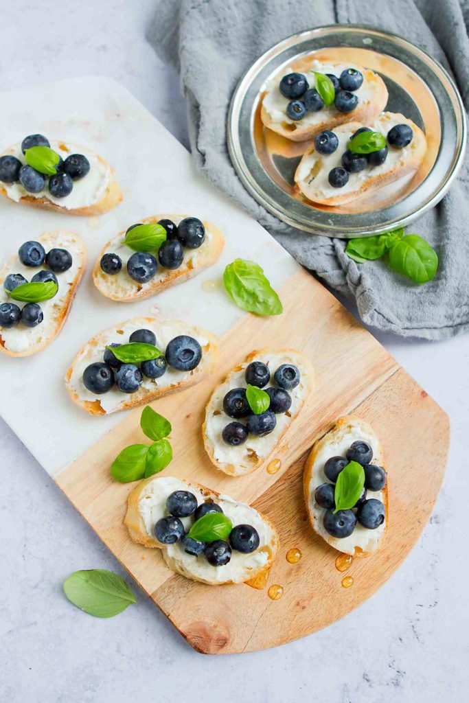 Super easy appetizer idea! You can't eat just one of these crostini - sweet and savory flavors. 45 calories and 1 Weight Watchers Freestyle SP #wwfreestyle #horsdoeuvres #healthyeating