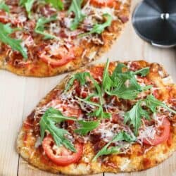This BLT Naan Pizza with Bacon, Arugula & Tomato is an easy and healthy lunch or dinner idea. #pizza