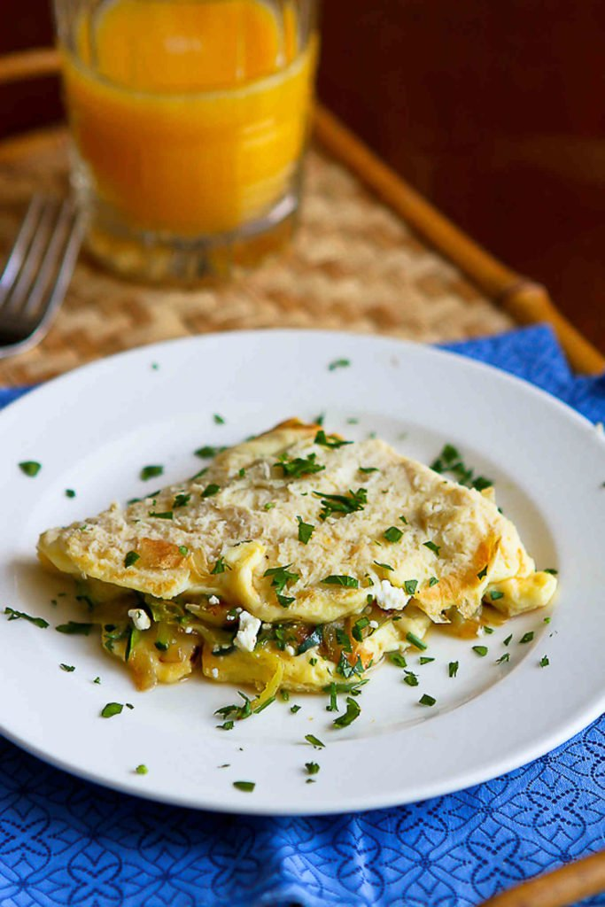 A vegetarian omelet is a great fallback option for breakfast, lunch or dinner. 163 calories and 1 Weight Watchers Freestyle SP #wwfreestyle #eggrecipes #breakfast