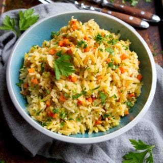 Brown rice pilaf with orzo is the side dish that goes with everything! Serve this easy whole grain side with everything from roast chicken to curry. 132 calories and 3 Weight Watchers SP #ricepilaf #sidedish #weightwatchers