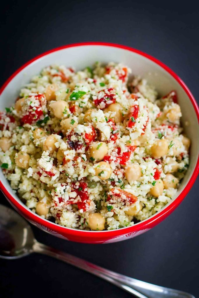 Mediterranean Grated Cauliflower Salad with Chickpeas…This vegan recipe is surprisingly filling, and every mouthful is full of flavor! Plus, it's full of nutrients. 270 calories and 3 Weight Watchers Freestyle SP #healthyrecipes #vegetarian