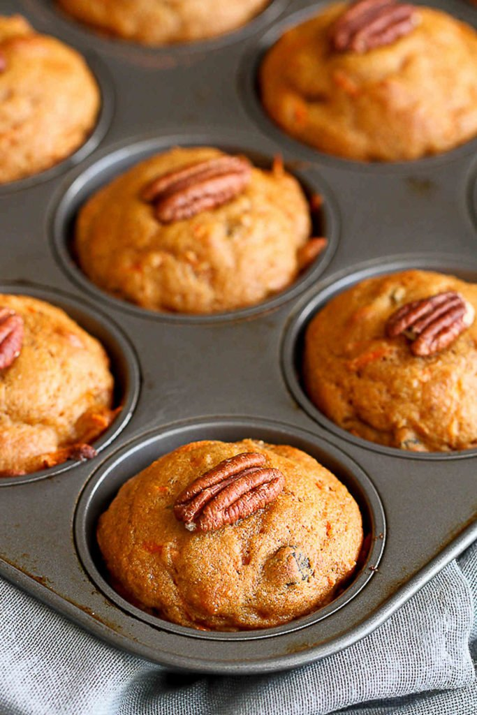Whole Wheat Carrot Muffins...Only 178 calories and 6 Weight Watchers SP. These are great for a healthy on-the-go breakfast or afternoon snacks. #healthymuffins #healthyrecipes #wwfreestyle