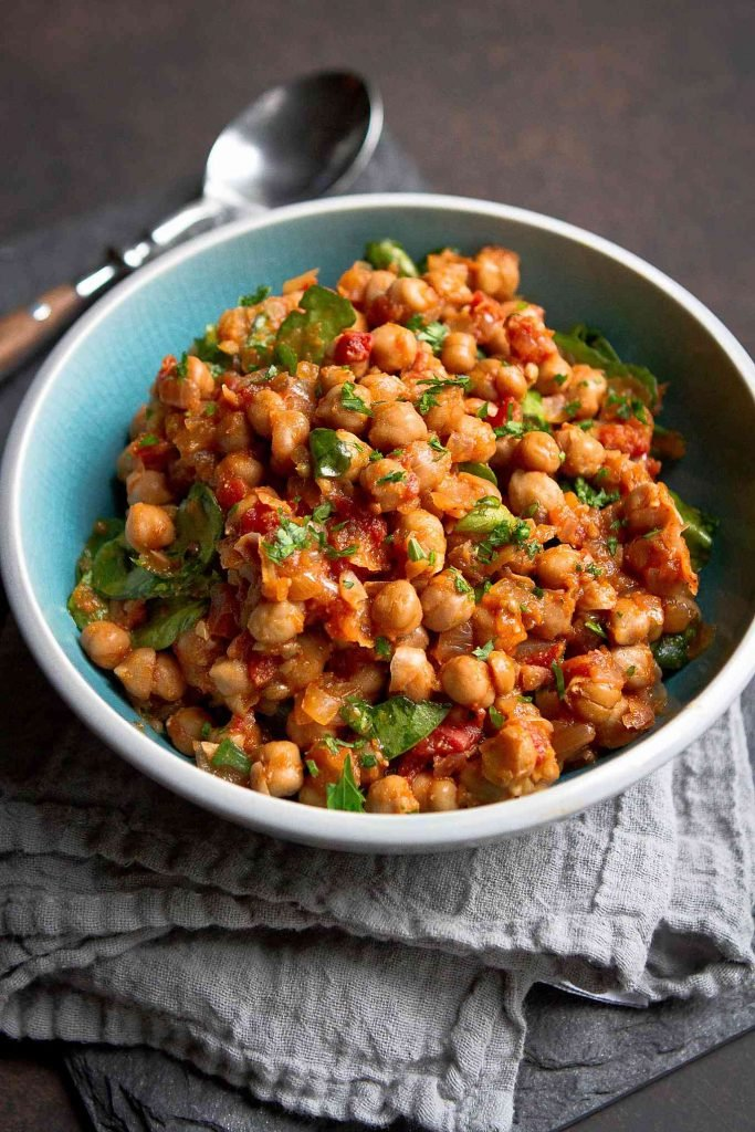 This is one of the best vegan slow cooker recipes I've had! Chickpeas spiced with coriander and ginger in a tomato sauce. 295 calories and 1 Weight Watchers SP | Vegetarian | Crockpot | Mediterranean | Easy | Dinner | Healthy | Spinach #cookincanuck #slowcookerrecipes #weightwatchers #healthyrecipes