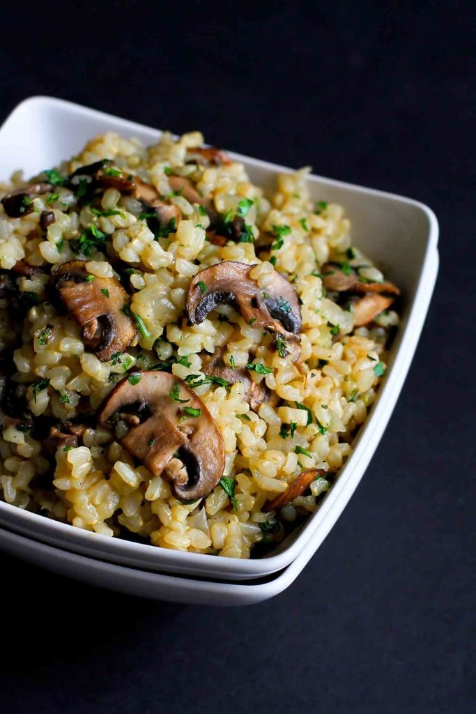 Toasted rice and mushrooms is simply one of the best, easiest side dish recipes out there! 56 calories and 3 Weight Watchers SP | Vegan | Vegetarian | Healthy | Easy | Dinner | Mushroom #vegetarianrecipes #wwfreestyle