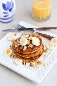 Sunday brunch or a holiday breakfast, these Whole Wheat Gingerbread Pumpkin Pancakes are perfectly spiced and positively addictive! 136 calories and 4 Weight Watchers SmartPoints   Healthy   Easy   From Scratch   Best   Fluffy   Oatmeal   Kids #pumpkinpancakes #healthybrunchrecipes #christmasbreakfast #thanksgivingbreakfast #weightwatchers