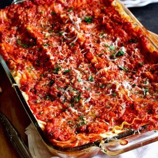 This ground turkey lasagna recipe is great for feeding a crowd! Pair it with a salad for a meal that everyone will love. 326 calories and 6 Weight Watchers SP | Recipes | Lasagne | Healthy | For A Crowd | No Ricotta | Easy | Best #turkeylasagna #lasagnarecipes #foracrowd #smartpoints #pastarecipes #entertaining
