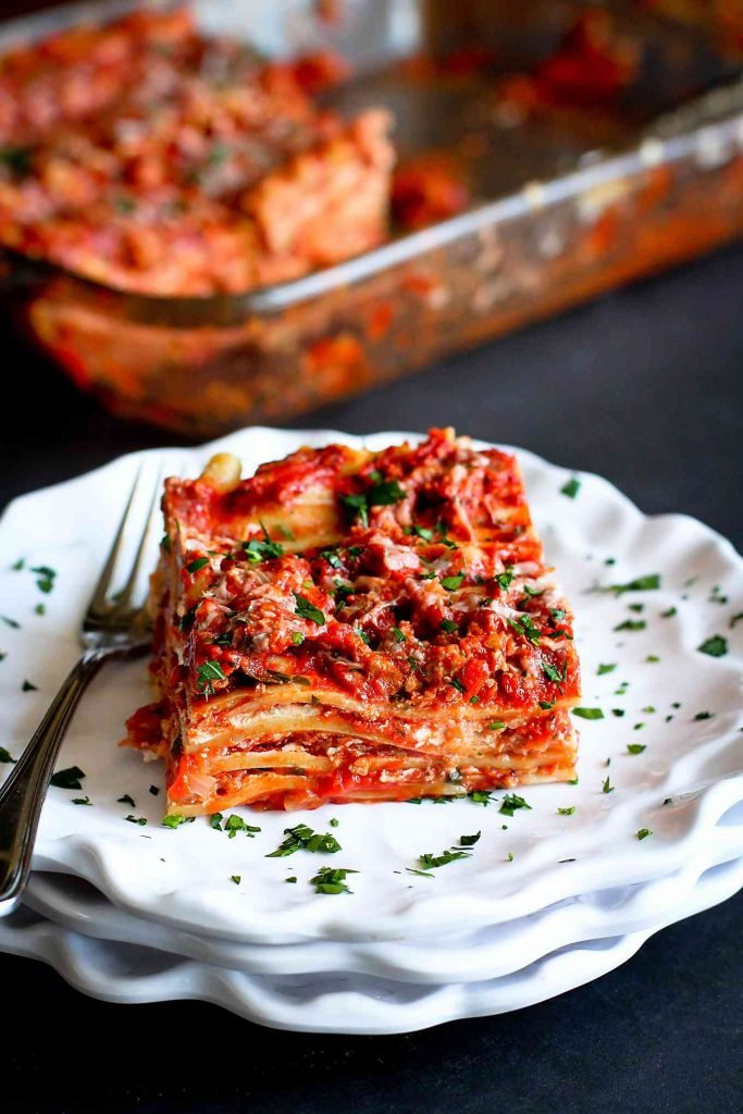 This ground turkey lasagna recipe is always a hit, and it is perfect for feeding a crowd. 326 calories and 6 Weight Watchers SP | Recipes | Lasagne | Healthy | For A Crowd | No Ricotta | Easy | Best #turkeylasagne #healthylasagna #healthyrecipes #weightwatchers #healthypasta