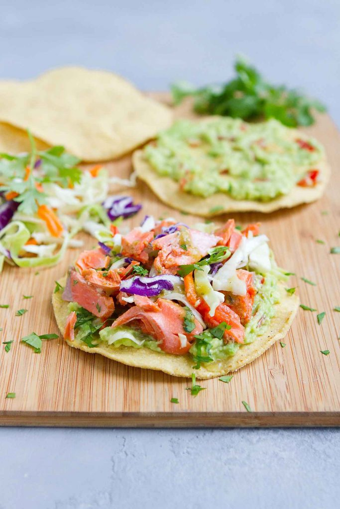 These fish tostadas star spiced salmon and guacamole, Quick, easy and healthy recipe! 255 calories and 5 Weight Watchers SP | Mexicanas | Healthy | Shells | Easy | Fish | How To Make #20minutemeal #30minutemeal #dinnerideas #mexican #healthyrecipes