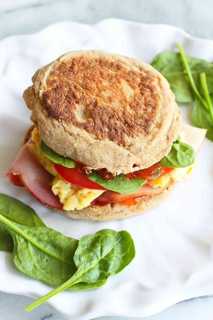 This breakfast egg sandwich with pepper jelly is perfect for brunch or quick work-week breakfasts. 255 calories and 6 Weight Watchers SP | Recipes | Healthy | Easy | Homemade | Ideas | Egg | Pepper Jelly | Best #breakfastsandwich #eggsandwich #healthybreakfast #easybreakfastrecipes #weightwatchers #smartpoints