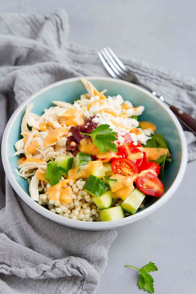 Use rotisserie or poached chicken breasts to make this easy Greek chicken salad with couscous! 375 calories and 8 Weight Watchers SP | Recipes healthy | Easy | Homemade | Greek | Rotisserie Chicken | Poached Chicken Breast #saladbowlrecipes #chickenandcouscous #mediterraneanchicken #chickensalad #greekchicken #weightwatchers