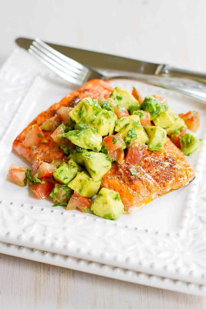 15-minute dinner recipe! This amazing Roasted Salmon with Avocado Salsa recipe is fantastic for entertaining or an easy weeknight meal. 345 calories and 3 Weight Watchers  SP | Recipes | Sauce | Dinner | Quick | Whole30 | Whole 30 | Gluten Free | Clean Eating #weightwatchers #cleaneating #whole30 #salmonavocado #salmonrecipes
