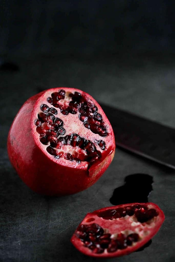 Ever wonder how to seed a pomegranate without making a huge mess? This step-by-step photo tutorial will show you just how easy it is. | Eat | Remove | Arils #howtoseedapomegranate #howto #cooking