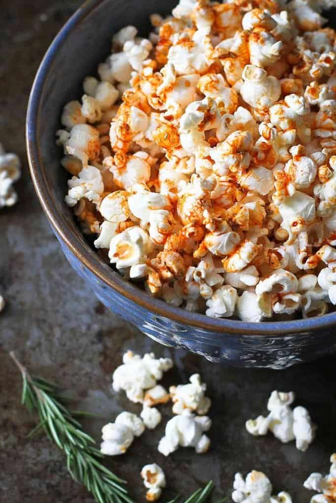 There is no resisting this Olive Oil Popcorn with smoked paprika & rosemary! Movie night snacking just got a whole lot better. 102 calories and 3 Weight Watchers SP | Recipes | How to make | Topping | Air popped | Microwave | Snack healthy #oliveoilpopcorn #flavoredpopcorn #popcornrecipes #healthysnacks