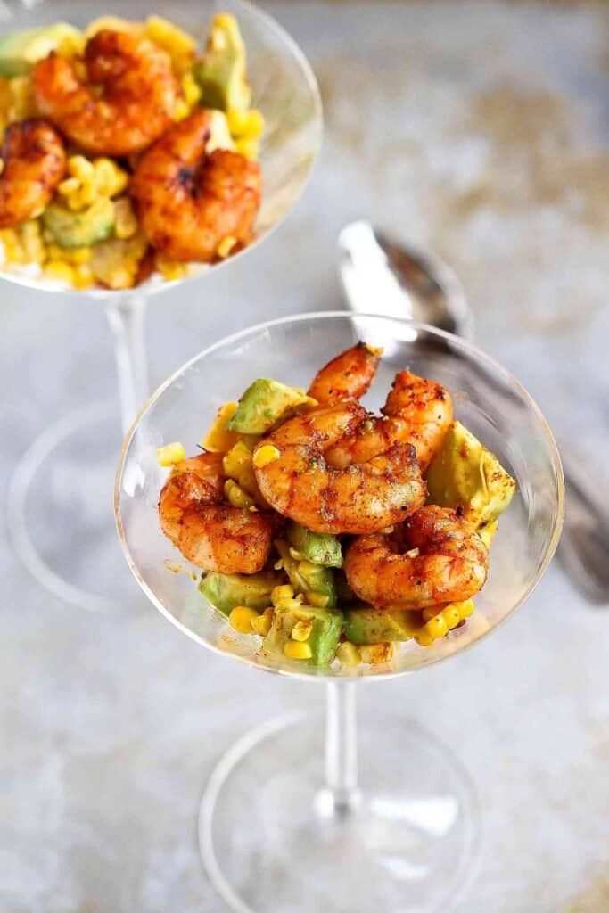 In this southwestern shrimp cocktail, spice-crusted shrimp are seared on the grill, then mixed with creamy avocado and fresh corn kernels. 134 calories and 2 Weight Watchers SP | Appetizer | Appetizers | Recipe easy | Healthy