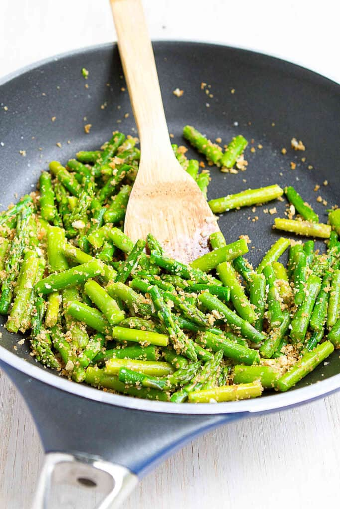 Sautéed asparagus with garlic breadcrumbs is one of the easiest and most delicious springtime side dishes! 88 calories and 2 Weight Watchers SP | Recipes garlic | Vegan | Plant based