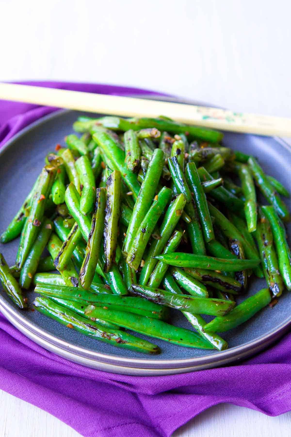 This quick stir fried green beans recipe is one of the easiest and most flavorful side dishes! And only a few ingredients needed. 76 calories and 1 Weight Watchers SP | | Recipes | Vegan | Plant Based | Meatless | Vegetarian | Easy | Healthy